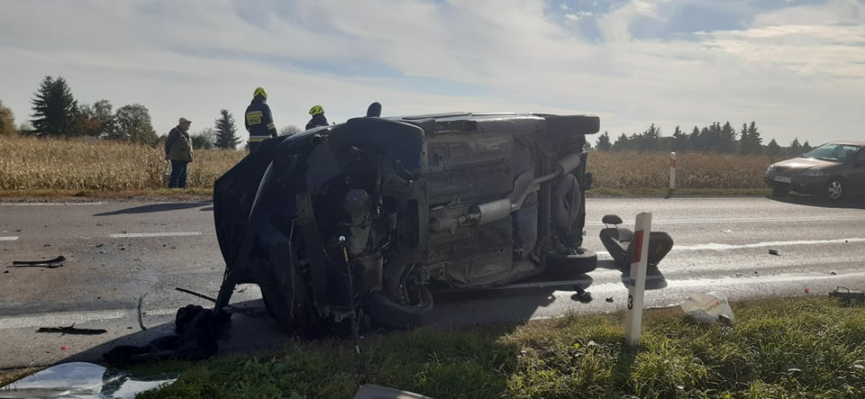 Samochód osobowy lezy na boku na drodze krajowej 74